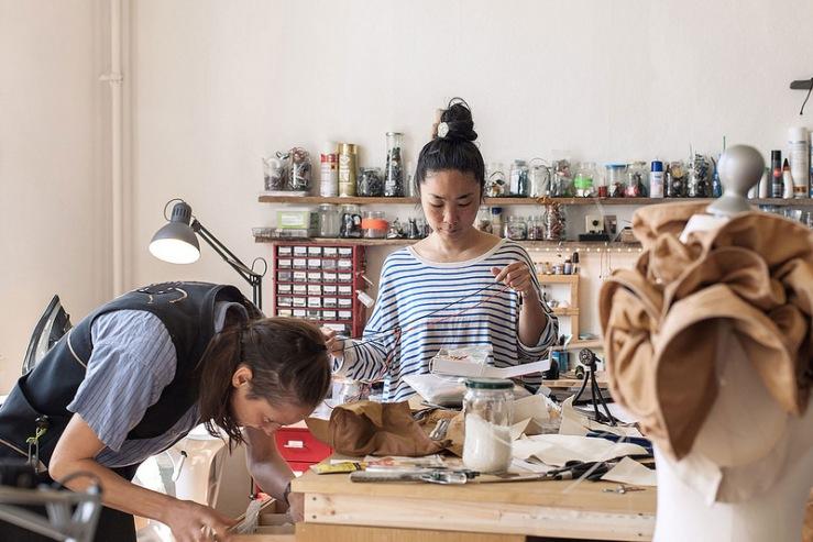 Hannah Perner-Wilson und Mika Satomi vom Label Kobakabant in der Schneiderei für maßgefertigte Technologien (c) Plusea